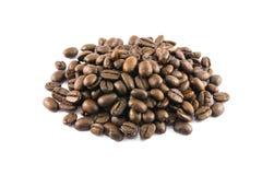 Primo piano dei chicchi di caffè su fondo bianco Fotografia Stock Libera da Diritti