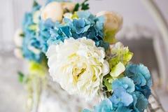 Primo piano dei colori blu giallo verdi dei fiori artificiali Fotografia Stock