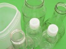 Primo piano dei contenitori di plastica e di vetro vuoti Immagine Stock Libera da Diritti