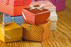 Primo piano dei contenitori di regalo di immagine Immagine Stock