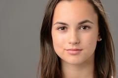Primo piano dei cosmetici del fronte di bellezza dell'adolescente Fotografie Stock Libere da Diritti