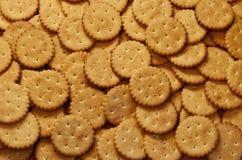 Primo piano dei cracker salati Immagine di sfondo del cracker salato classico su un tabl di legno marrone Fotografia Stock Libera da Diritti