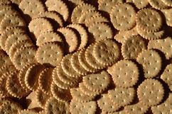 Primo piano dei cracker salati Immagine di sfondo del cracker salato classico su un tabl di legno marrone Immagine Stock Libera da Diritti
