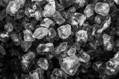Primo piano dei cristalli grigi su fondo scuro fotografie stock libere da diritti