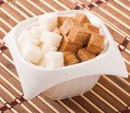 cubi di zucchero bianco marrone e Fotografia Stock