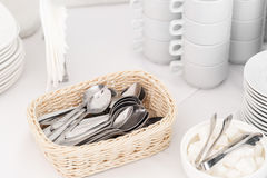 Primo piano dei cucchiaini Gruppo di tazze di caffè vuote Tazza bianca per il tè o caffè di servizio in prima colazione o buffet  Fotografie Stock Libere da Diritti