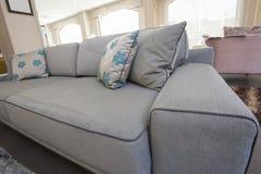 Primo piano dei cuscini sul sofà Fotografia Stock