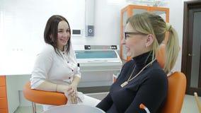 Primo piano dei denti d'esame del ` s della giovane donna del dentista archivi video