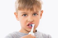 Primo piano dei denti di spazzolatura del ragazzo fotografia stock