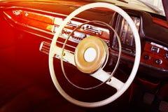 Primo piano dei dettagli della ruota dell'automobile d'annata Fotografia Stock