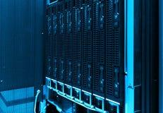 Primo piano dei dischi rigidi nel centro dati moderno Tono blu Fotografia Stock