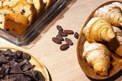 Primo piano dei dolci e delle pasticcerie e forno fresco - biscotti del biscotto, biscotti, pezzi di cioccolato fondente, uva pas immagine stock