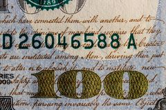 Primo piano dei 100 dorati e scritto su cento banconote in dollari per fondo V Fotografie Stock Libere da Diritti