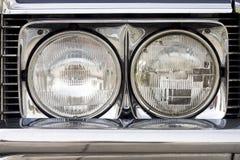 Primo piano dei fari di un'automobile classica Immagine Stock