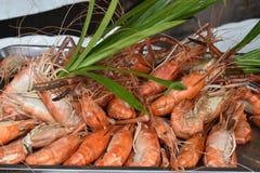 Primo piano dei gamberetti deliziosi di re su un mercato locale del chatuchak del mercato dell'alimento della via in Tailandia, A Immagini Stock Libere da Diritti