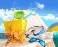 Primo piano dei giocattoli della spiaggia dei bambini fotografie stock