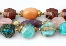 Primo piano dei gioielli preziosi naturali variopinti delle gemme su bianco Fotografia Stock