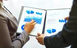 Primo piano dei grafici e dei grafici analizzati Immagini Stock