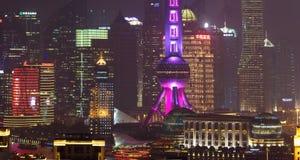 Primo piano dei grattacieli di Shanghai alla notte immagini stock libere da diritti