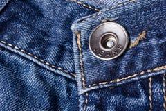 Primo piano dei jeans Catenacci, cuciture, chiusure lampo, bottone Intreccio Fotografia Stock Libera da Diritti
