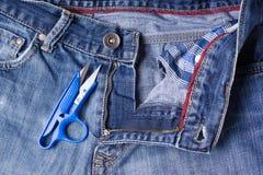 Primo piano dei jeans Catenacci, cuciture, chiusure lampo, forbici Intreccio t Immagine Stock Libera da Diritti