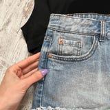 Primo piano dei jeans della tasca su un fondo di legno fotografia stock libera da diritti