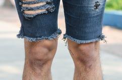 primo piano dei jeans lacerati Fotografia Stock