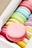 Primo piano dei macarons francesi deliziosi Biscotti variopinti Immagini Stock Libere da Diritti