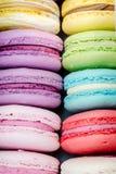 Primo piano dei macarons francesi tradizionali deliziosi Biscotti saporiti variopinti Immagini Stock Libere da Diritti