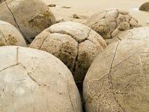 Primo piano dei massi sferici famosi di Moeraki, NZ Fotografia Stock