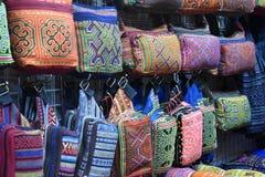 Primo piano dei materiali variopinti su un mercato locale del chatuchak del mercato a Bangkok, Tailandia, Asia Fotografia Stock