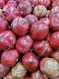 Primo piano dei melograni organici freschi rosa-intenso brillanti Fotografia Stock