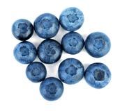 Primo piano dei mirtilli scuri nutrienti e dolci per le diete sane, isolati su un fondo bianco Bacche fresche di estate per lo sm Fotografie Stock