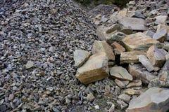 Primo piano dei mucchi graduati differenti delle rocce Immagine Stock