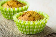 Primo piano dei muffin sani del seme di papavero e dell'arancia Fotografie Stock