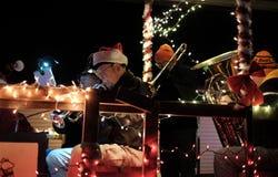 Primo piano dei musicisti d'ottone sul galleggiante di festa con le luci Immagine Stock Libera da Diritti