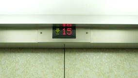 Primo piano dei numeri in elevatore da 14 a 15 stock footage