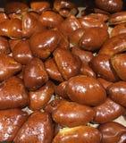 Primo piano dei panini dolci, della mela e della ciliegia tradizionali di recente al forno dell'ucranino, fotografia stock