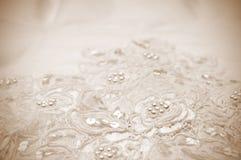 Primo piano dei particolari del vestito da cerimonia nuziale Fotografia Stock