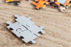 Primo piano dei pezzi collegati del puzzle Immagini Stock