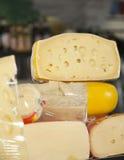 Primo piano dei pezzi del formaggio visualizzati in negozio Fotografia Stock Libera da Diritti