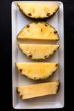 Primo piano dei pezzi di ananas Immagine Stock