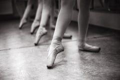Primo piano dei piedi della ballerina sulle scarpe del pointe nel corridoio di ballo V immagine stock