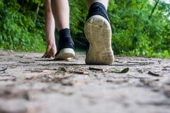 Primo piano dei piedi maschii in scarpe da tennis che corrono all'aperto Fotografie Stock