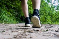 Primo piano dei piedi maschii in scarpe da tennis che corrono all'aperto Immagini Stock Libere da Diritti