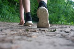 Primo piano dei piedi maschii in scarpe da tennis che corrono all'aperto Fotografia Stock Libera da Diritti