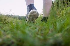 Primo piano dei piedi maschii in scarpe da tennis che corrono all'aperto Fotografie Stock Libere da Diritti