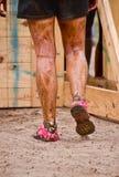 Primo piano dei piedini fangosi del corridore di corsa del fango Immagine Stock Libera da Diritti