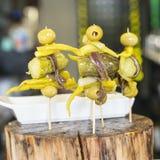 Primo piano dei pintxos spagnoli con le olive, cetrioli, acciughe. Immagini Stock Libere da Diritti