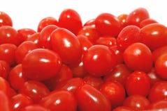 Primo piano dei pomodori dell'uva isolato sul bianco. fotografia stock libera da diritti